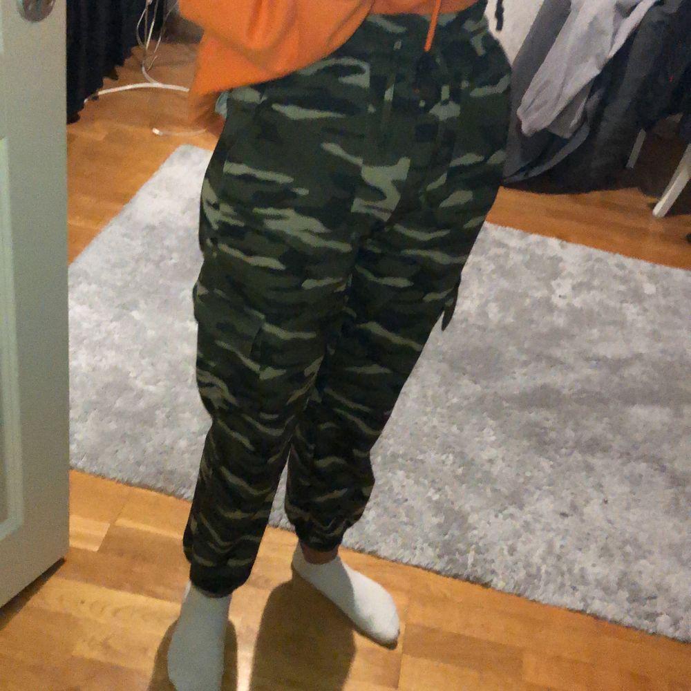 Säljer mina militärfärgade cargopants från Ginatricot eftersom dom börjar bli lite små för mig i storlek XS. Jeans & Byxor.