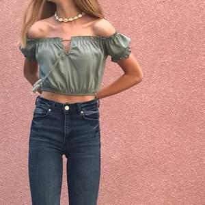 Jag säljer denna jättefina gröna off shoulder topp från H&M divided! Använd en gång och den är i väldigt fint skick💞 Säljer den för 60kr och frakten kostar 24kr📦