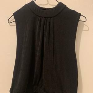 Fint linne från BikBok med öppen rygg. Den är i strl L men passar även mig som är xs-s. 50kr + frakt💞