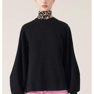 Säljer min ganni tröja som ja köpte i somras för 1799 kr super fin tröja som passar till allt och på ryggen står det ganni🥰