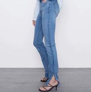 Jättefina zara jeans, 10/10 skick. De är mellan blå med slits längst ner. Köpta i somras och knappt använda eftersom de är lite stora för mig. Stl 38 men passar nog både 36 och 34 också beroende på hur man vill att de ska sitta. Köparen står för frakten eller så kan vi mötas upp i Sthlm. Hör av dig om du har frågor eller vill ha fler bilder💛