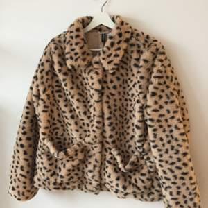 Pälsjacka i fakepäls från H&M i storlek L. Använd kanske 5 ggr så i fint skick. Köpt för 400 kr men säljer för 200 kr.