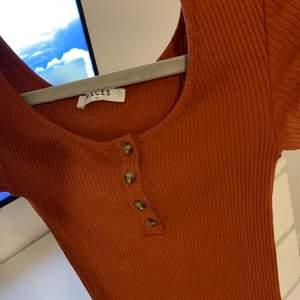 Orange/brun t-shirt från Vero Moda/ Pieces. Originalpris- 150kr!💕