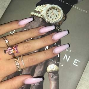 """Säljer dessa ringar då de ej kmr till användning längre!         Pris: ringen med ljusrosa diamant 70kr, uggle ringen 100kr, ring """"money"""" 100kr, ringen med små diamanter 120kr🖤buda eller köp alla för 300kr🖤"""