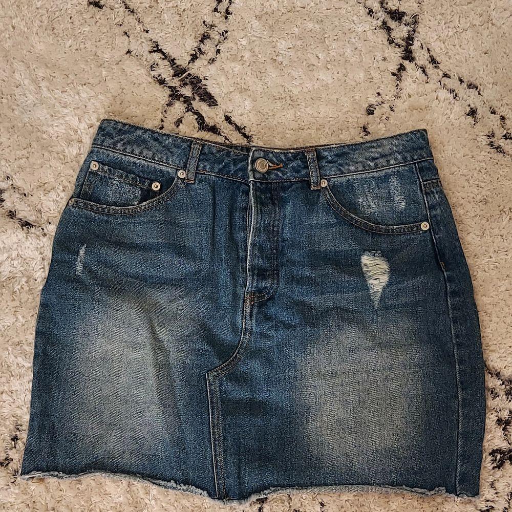 Najs jeanskjol som man kan anvönda till i storsett ALLT, använd några gånger men som ny 😋. Kjolar.