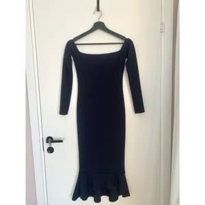 Marinblå offshoulder klänning från Missguided, storlek 36. Formar kroppen fint och slutar strax vid knävecket/vaden (jag är 160 cm)