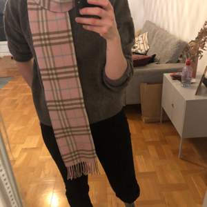 Wool Pink Burberry scarf, classic pattern, elegant and cozy fit