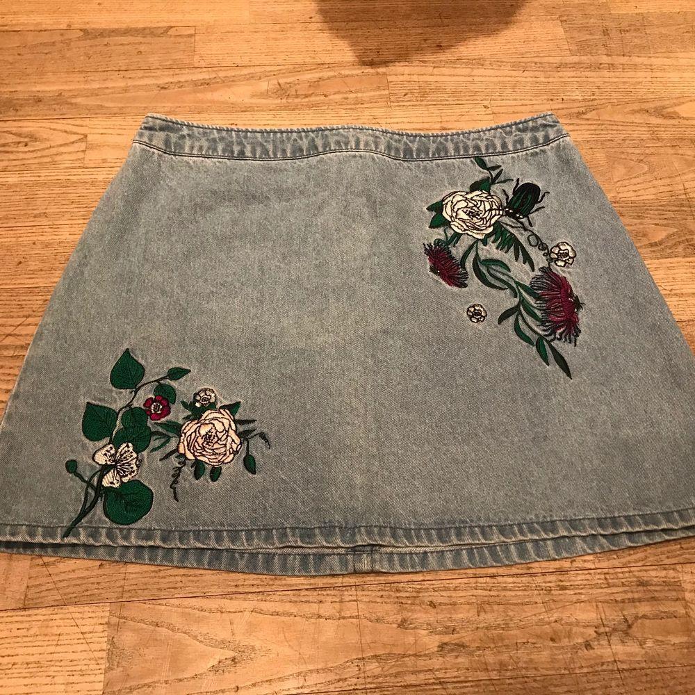 Jättefin jeanskjol från HM X COACHELLA. Broderade blommor på framsidan, blixtlås baktill med en knapp. Köpare står för frakten, frakt kostnaden kan komma att ändras! Bild 2 från pinterest. Kjolar.