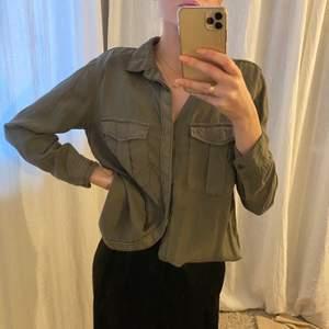 Militär grön skjorta från H&M, köparen står för frakten.