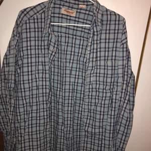 snygg blå rutig skjorta som kan användas väldigt oversize eftersom den är i XL (väldigt skrynklig på bilden ursäkta😖)