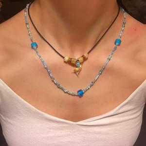 Handgjort halsband i färgerna lila, blå, gul, rosa, grön. Du kan själv customize ditt egna halsband.  Väldigt fina att ha på sig på sommaren när man är ute. Köper du ett halsband så får du en ring på köpet 🤍  11kr frakt . Du kan också customize längden                                  (Btw hajhalsbandet är inte till salu)