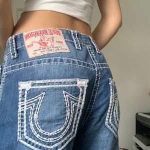 Såååå snygga lowwaisted true religion jeans med hål på knäna. Köpt på depop men säljer då dom tyvärr inte är min stil. Står ingen storlek men skulle tippa på att de är i 34/36. Nypris 2000kr i butik! Buda ❤️ (första bilden är lånad men dom har precis samma mönster)