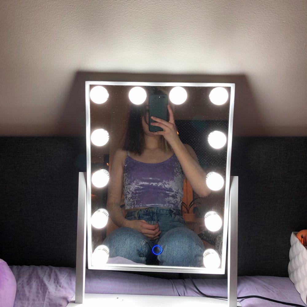 Ett super fint lila linne i storlek xs! Tyvärr för litet för mig så hoppas någon annan kan ha den!🥰 kommer från hm men köpte från en på instagram. Fint skick💎. Toppar.