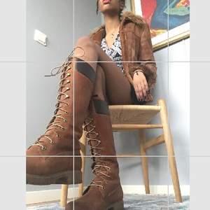Höga bruna Timberlandkängor med snörning! Trendiga och perfekta för årstiden, av bästa kvalitet❣️ Så snygga till kjol men också med jeans över. Men tyvärr för små för mig.... Buda! (Inköpspris 2000 nånting kr) (jackan också till salu)