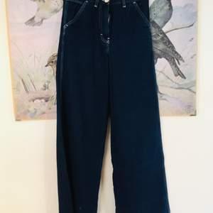 Vida mörkblå jeans från Arket. Rå kant vid foten. Köpta på Plick men var tyvärr för små. Storlek 34. Lite lite stretch men inte så mycket. Säg till om du vill ha fler bilder 👖