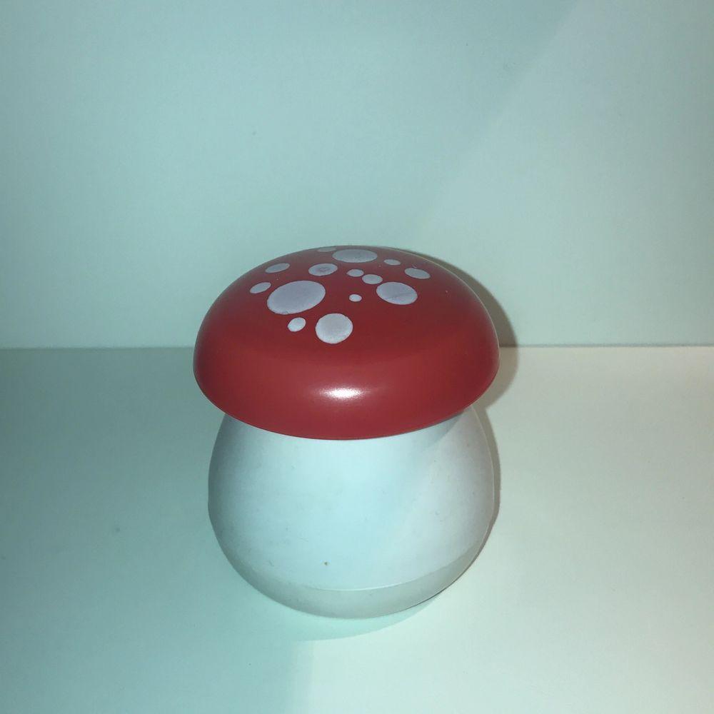 Säljer en gullig liten svamp att förvara saker i💕 jag tror de egentligen är ett spel där man ska försöka pricka sånna brickor i svampen men jag har använt den att ha smycken i! 🍄💕 pris: 80kr + frakt (22kr). Övrigt.