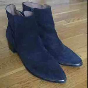 Snygga svarta boots i mocka, från märket sixtyseven. Med silvrig detalj. Storlek 41. Sparsamt använda.  Med frakt, 300kr  :)