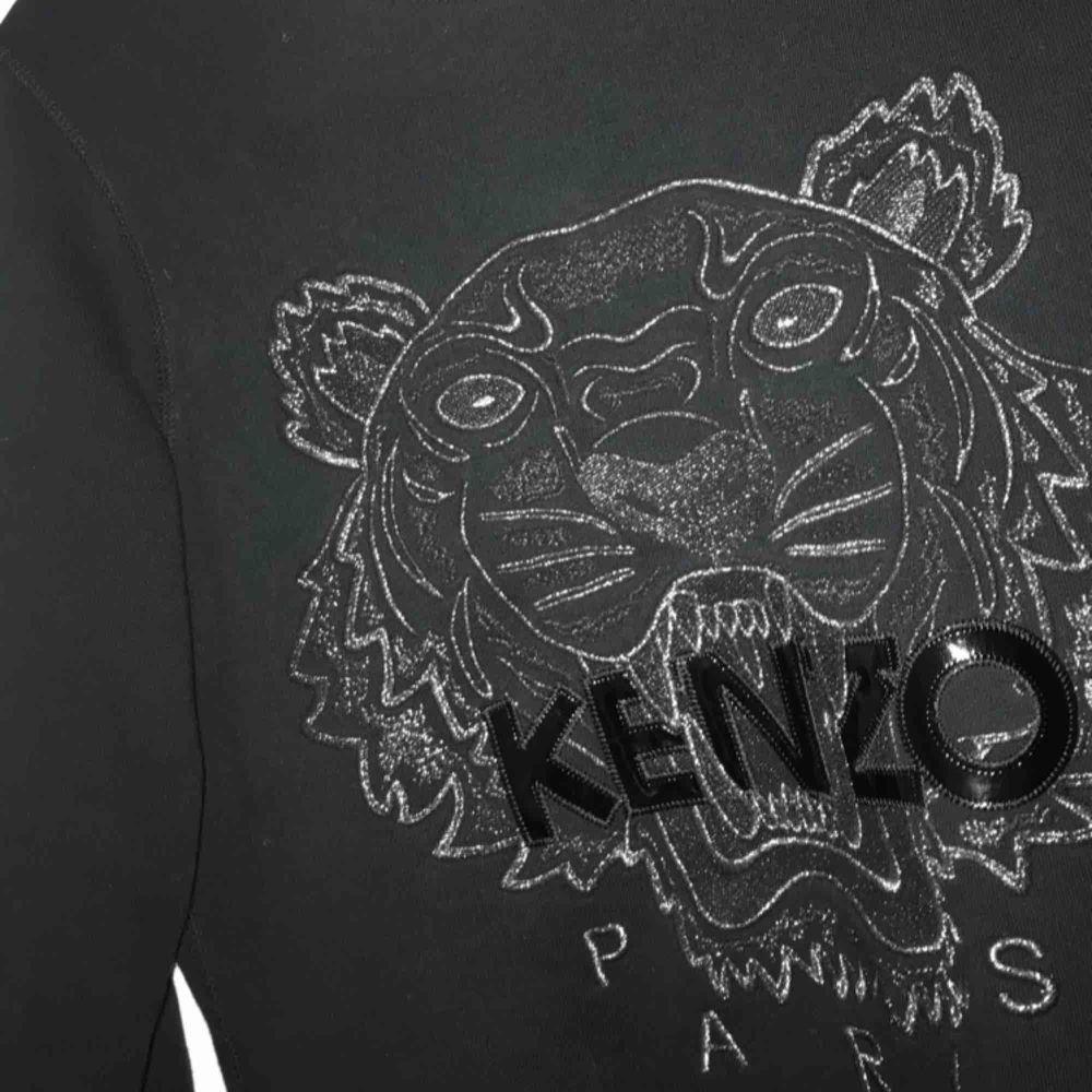 Snygg Kenzo sweatshirt!   Superskön och snygg, ett måste i garderoben. Passar till både ljusa som mörka jeans osv.  Vid frågor är det bara att höra av sig. 600kr inklusive frakt, men går även att hämta.   . Huvtröjor & Träningströjor.