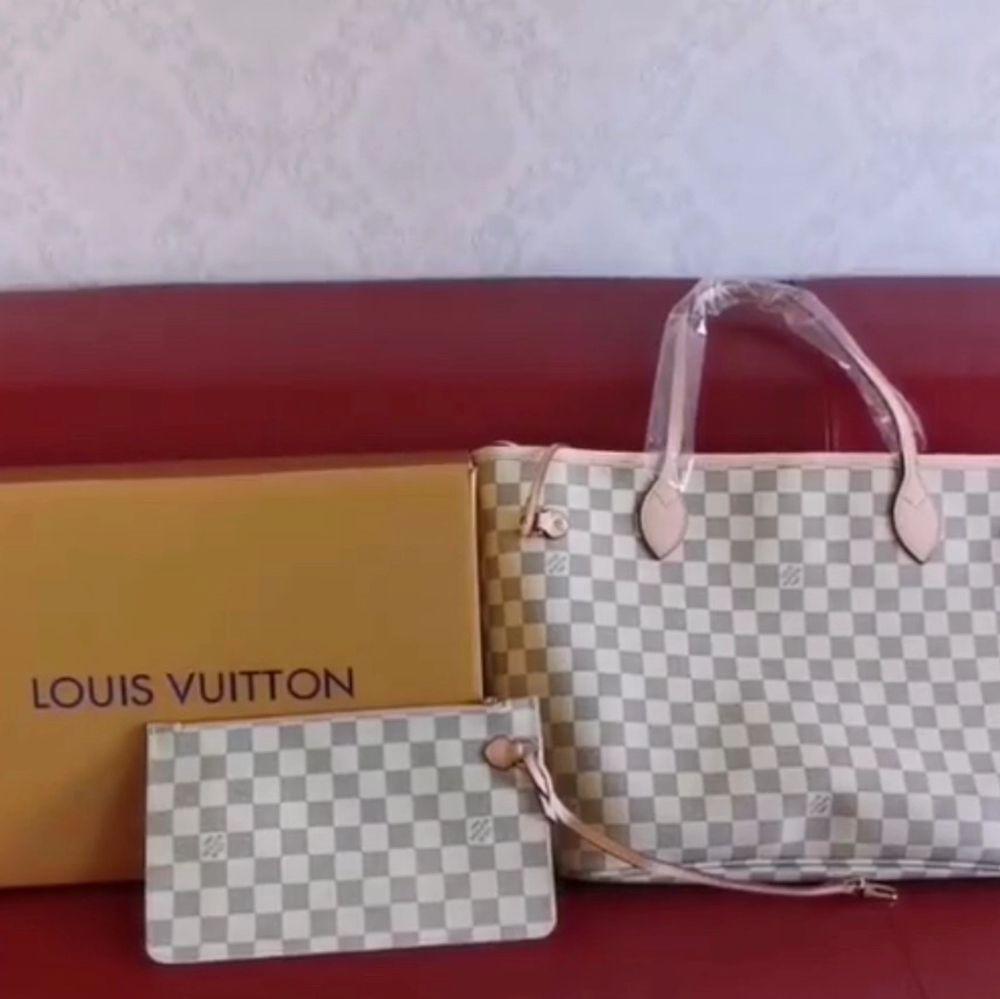 Louis Vuitton väska i 100% äkta läder säljer ändats bra kvalitet . Väskor.