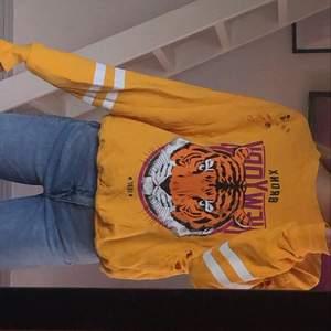 Gul sweatshirt ifrån Gina, använd max 1 gång