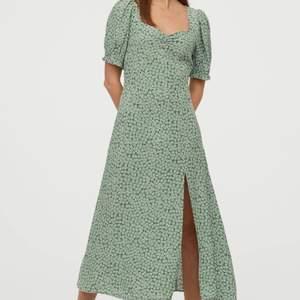 Underbar lite längre klänning från Hm, aldrig använd! Kostar 159kr nu i butik. Hojta till vid frågor!