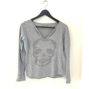 En långärmad tröja från Zadig et Voltaire i storlek XS i brukligt skick. Den är lite större i storleken och skulle därför även passa upp till M
