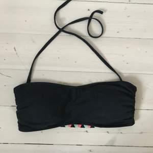 En svart bandå bikini top som går att ha med och utan axelband