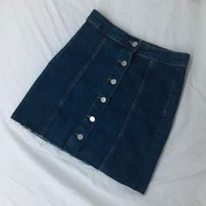 Jeanskjol som tyvärr är för liten. Kan skicka fler bilder!