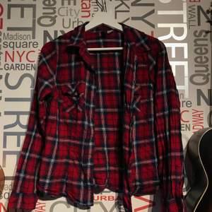 Rutig skjorta från H&M. Kan inte använda längre tyvärr men väldigt fin skjorta. Gjord av 100% bomull. Frakt tillkommer eller mötas i Lund/Staffanstorp.