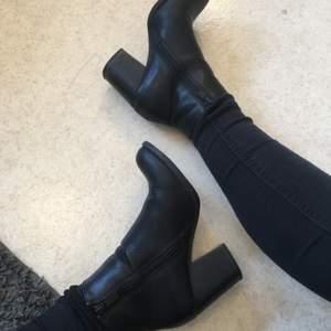 Utöver några skavanker där foten böjer sig så är de i väldigt bra skick och de är sköna att gå i för att vara klackar! Skinnet är fake‼️