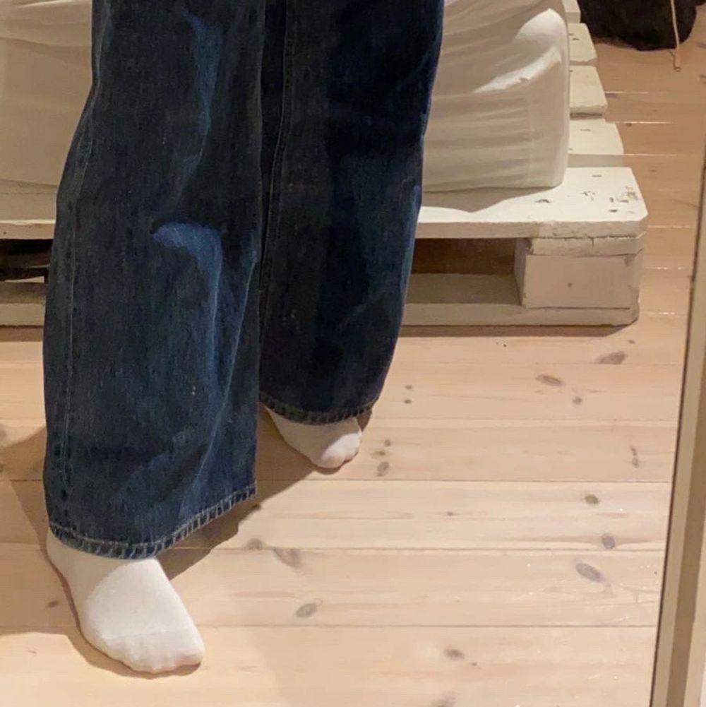 säljer mina Ace jeans från weekday i storlek 25/30 då de inte kommer till användning tyvärr. använda fåtal gånger så i nysick! köparen står för frakt (andra bilden är på hur dem sitter på mig vid benen, är 170cm)💕⚡️. Jeans & Byxor.