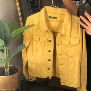 Gul jeansjacka som är i en lite kortare model 💛           Endast använd ett fåtal ggr. Köpare står för frakt 📦