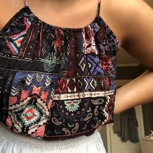 Ett mönstrat snyggt croppat linne från forever21, köpt i london. Knappt använt. Man knyter bak i nacken (bild 3)🥳