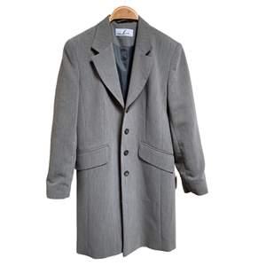 En medellång, tunn och grå kappa i storlek 10, motsvarar 36. Perfekt nu till hösten! Så fin, men har tyvärr överflöd i kappor 🦋