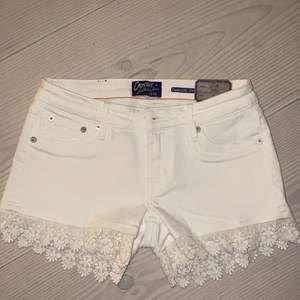 Vita crocker jeans shorts med mönstrad kant, aldrig använda, etikett sitter kvar, original pris 399kr
