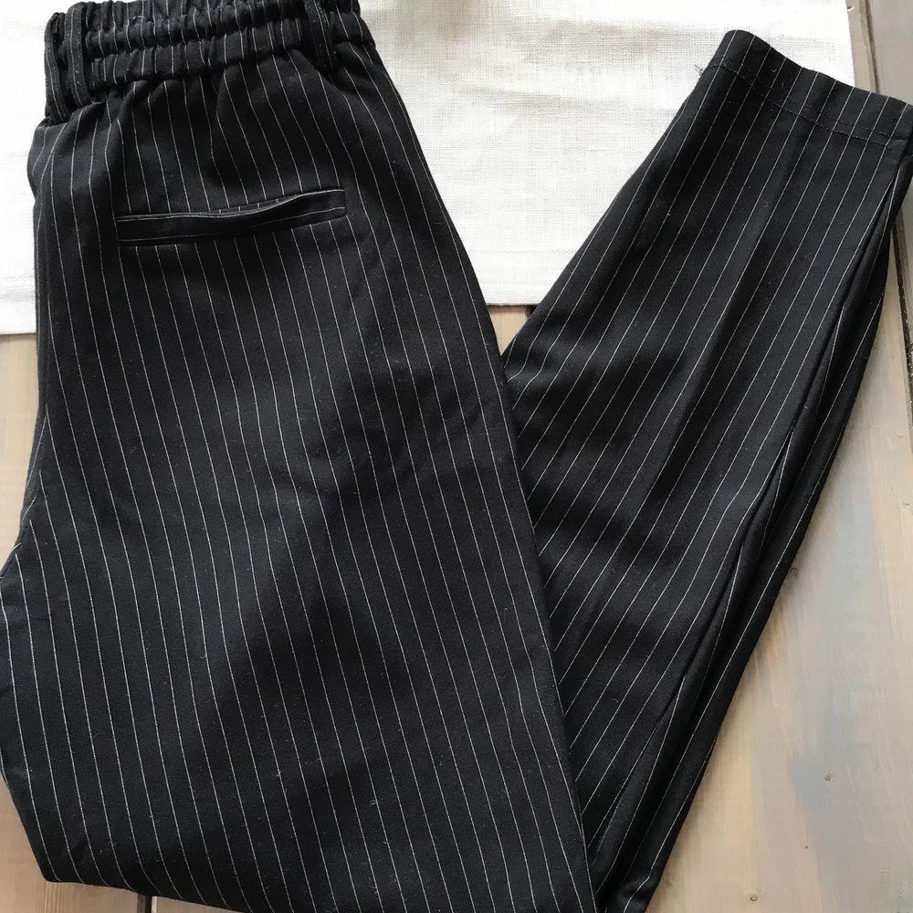 Randig kostymbyxa från Only i stl XS längd 32. Byxan är i mjukt material och är supersköna, endast använt fåtal gånger. Säljer pga att dem är för korta för mig.90 kr + frakt. . Jeans & Byxor.