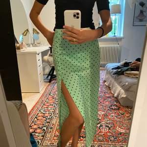 Jättefin kjol från zara som tyvärr inte kommer till användning. Har en liten fläck som kanske går bort i tvätten, men annars ingen som synd så mycket. Köparen står för frakten.