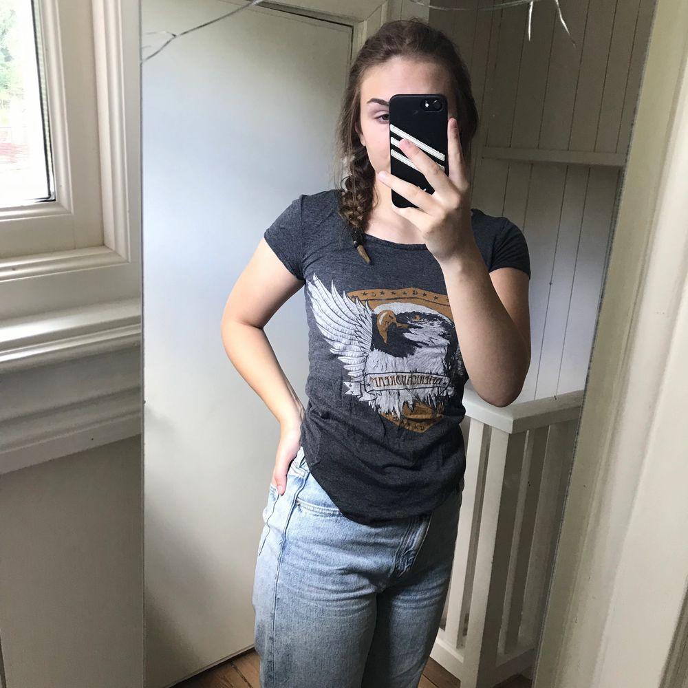 Saints and mortals strl XS skit fin vintage tshirt i bra skick, säljer då jag har en nästa likadan. T-shirts.