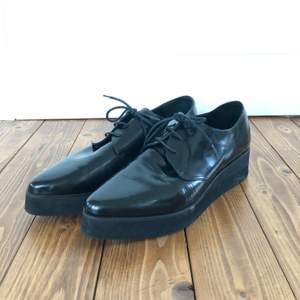 Svarta blanka skor med spetsig tå och snörning. Frakt tillkommer. Passar som en liten 39a