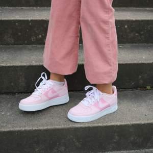 Hot Pink customs💓  Tar emot beställningar även på Instagram: Losa_touch. Skorna  är äkta och inte från Wish eller liknande, färgen som används spricker ej och tål vatten. Perfekt och hållbar Kvalite 💜💙