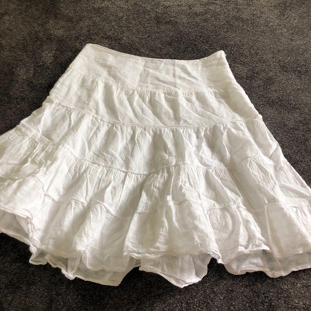 Supersöt kjol med fint mönster! Bra skick och perfekt till i sommar😍. Kjolar.