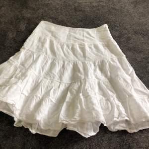 Supersöt kjol med fint mönster! Bra skick och perfekt till i sommar😍