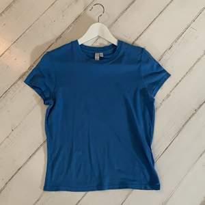 Super söt blå t-shirt från &Otherstories. Använd ett par gånger men i super bra skick. Köpt för 200kr. Passar folk mellan 160-170cm, något kortare elelr något längre spelar ingen roll. Hör gärna av dig så snabbt som möjligt vid intresse!