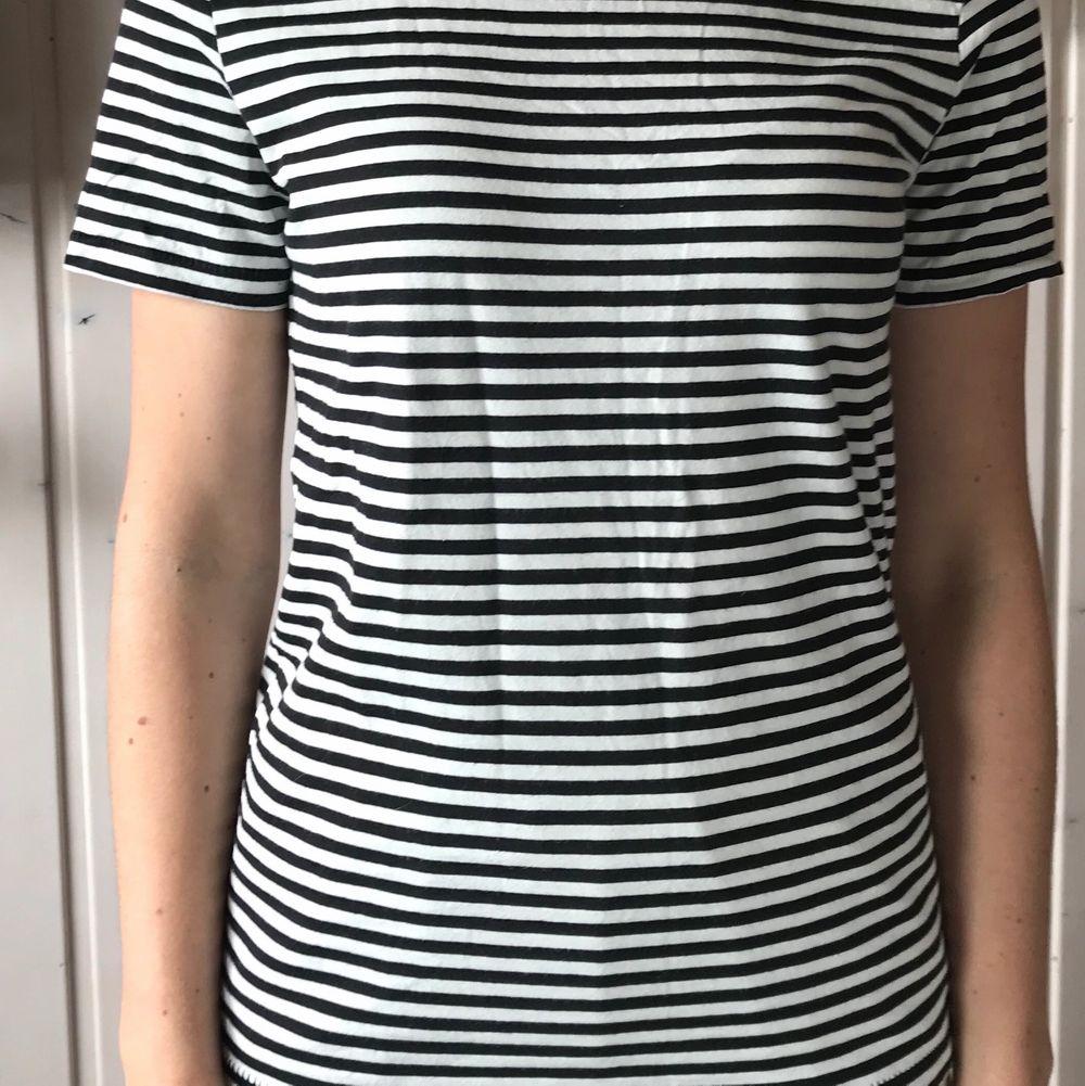 En randig t-shirt som är perfekt som basplagg i garderoben. Endast provad och säljes då den är lite för stor. 40 kr + frakt. . T-shirts.