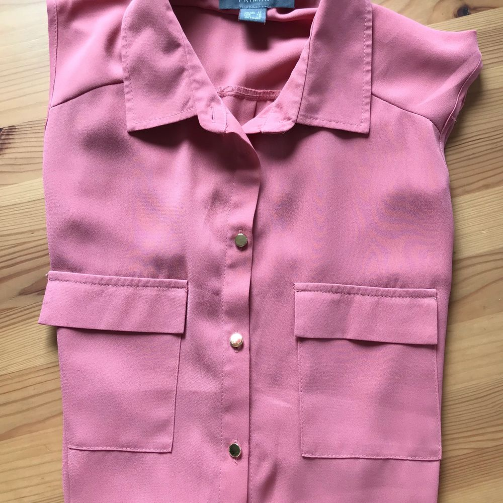 En söt gammalrosa blus utan ärmar, den är köpt på Primark i Edinburgh förra året. Säljs då den var lite för liten. 👚 50 kr + frakt. . Blusar.