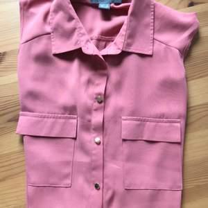 En söt gammalrosa blus utan ärmar, den är köpt på Primark i Edinburgh förra året. Säljs då den var lite för liten. 👚 50 kr + frakt.