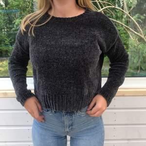en tröja i ett mysigt material, velour, sammet i storlek S. Köpt på Pull and Bear för 300kr. Ganska kort i modellen men i bra skick, använt 2 gånger ungefär. Köpare står för frakt