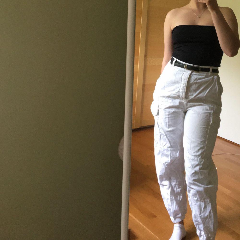 Vita byxor med många fickor, utility stil, bra passform. Väldigt sparsamt använda! Frakt ingår :). Jeans & Byxor.