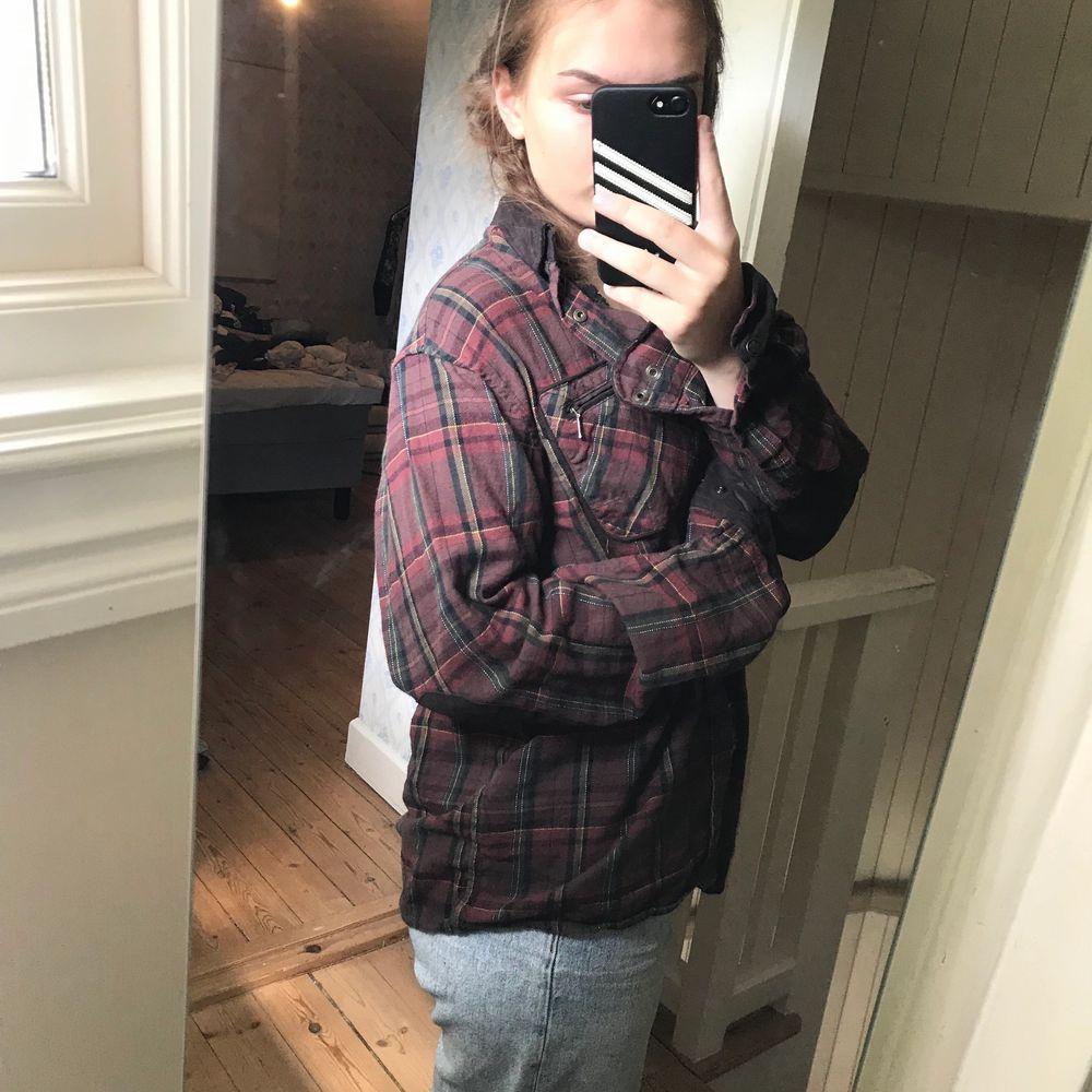 Rutig skjorta från Härkila som är super snygg och trendig, strl M, sitter lite oversized vilket är väldigt fint, köpte den för 800 därav priset. Skjortor.