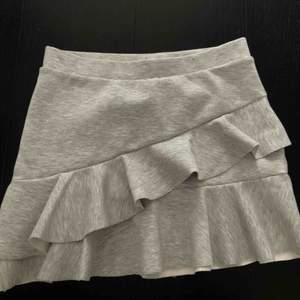 Min favorit kjol har blivit för liten. Ljusgrå med volanger från zara. Supersöt😍